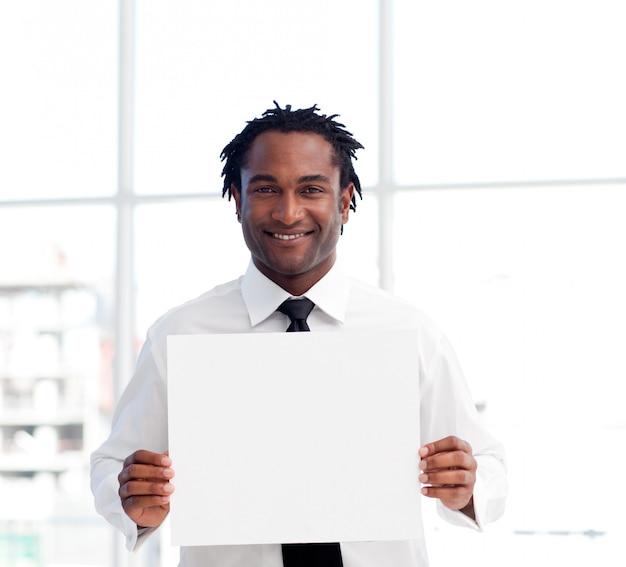 Portret van een zakenman die een witte kaart houdt