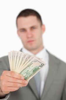 Portret van een zakenman die nota's toont
