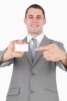 Portret van een zakenman die op een leeg visitekaartje richt