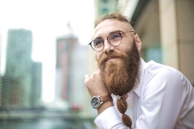 Portret van een zakenman die zich op een nieuw project verheugt