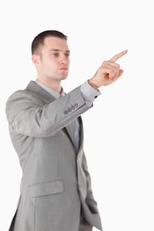 Portret van een zakenman iets aan te raken