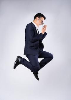 Portret van een zakenman in een pak, geïsoleerd op een witte achtergrond