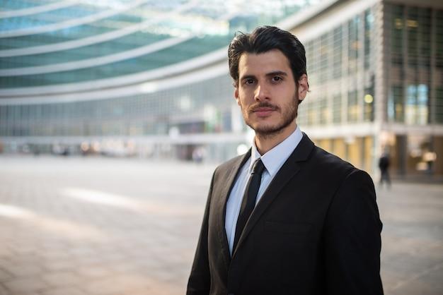 Portret van een zakenman in een zakelijke omgeving