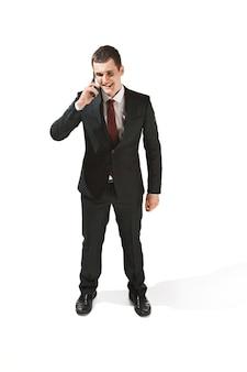 Portret van een zakenman met een zeer ernstig gezicht.