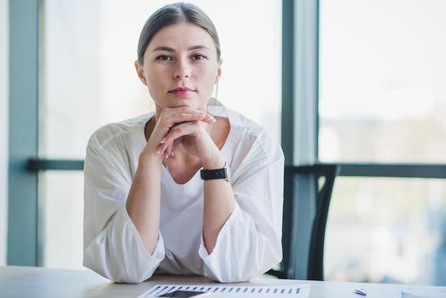 Portret van een zakenvrouw bij een bureau
