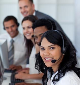 Portret van een zakenvrouw in een callcenter met haar team