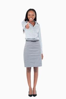Portret van een zakenvrouw met haar duim omhoog