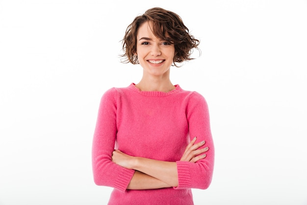 Portret van een zeker glimlachend meisje dat zich met gevouwen wapens bevindt
