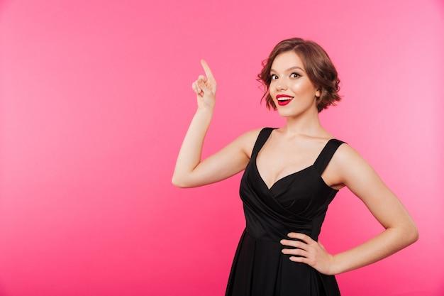 Portret van een zelfverzekerd meisje gekleed in zwarte jurk