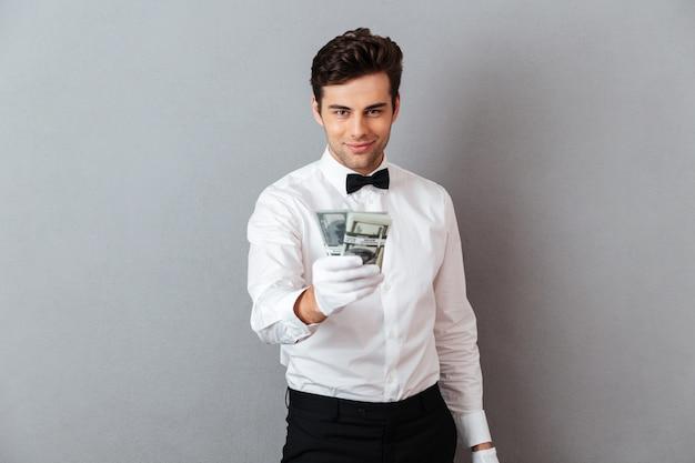 Portret van een zelfverzekerde aantrekkelijke mannelijke ober