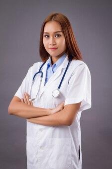 Portret van een zelfverzekerde aziatische vrouw arts