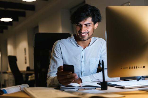 Portret van een zelfverzekerde geconcentreerde zakenman aan het werk