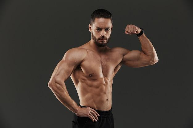 Portret van een zelfverzekerde gespierde bodybuilder