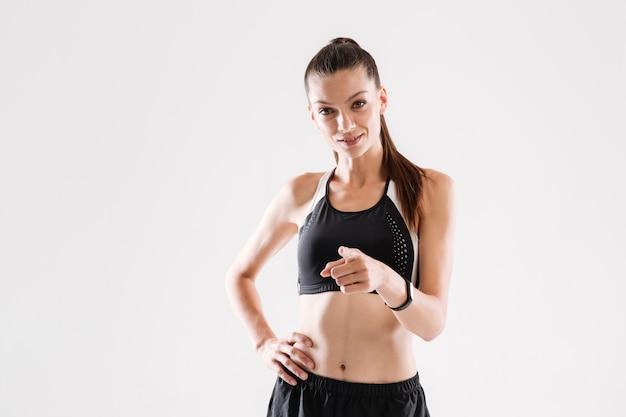 Portret van een zelfverzekerde glimlachende sportvrouw
