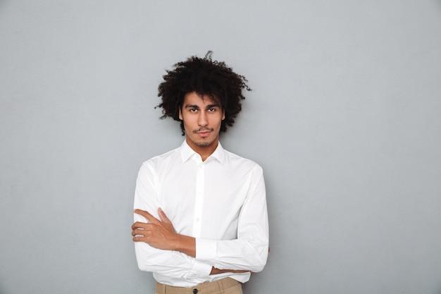Portret van een zelfverzekerde jonge afrikaanse man in wit overhemd