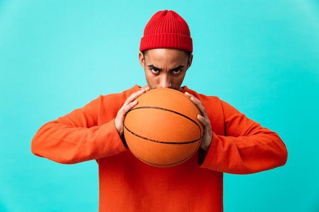 Portret van een zelfverzekerde jonge afro-amerikaanse man in hoed