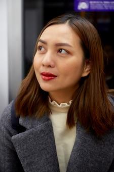 Portret van een zelfverzekerde jonge aziatische vrouw