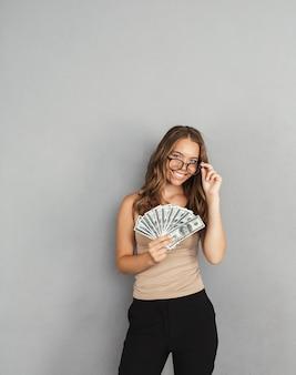 Portret van een zelfverzekerde jonge bedrijfsvrouw