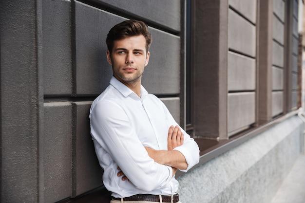 Portret van een zelfverzekerde jonge formele geklede man
