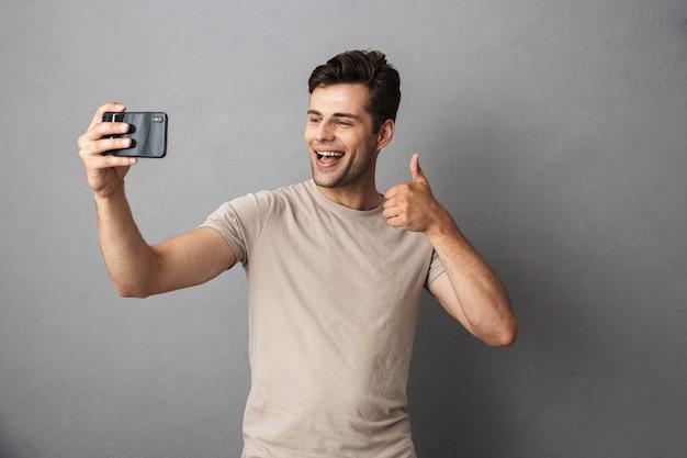 Portret van een zelfverzekerde jonge man in t-shirt