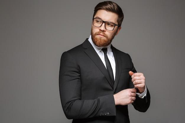 Portret van een zelfverzekerde jonge zakenman gekleed in pak