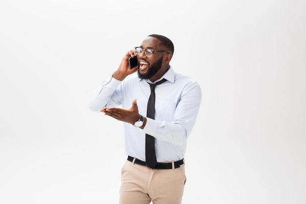 Portret van een zelfverzekerde jonge zakenman praten op mobiele telefoon