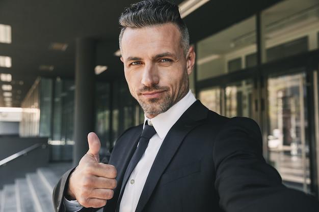 Portret van een zelfverzekerde jonge zakenman