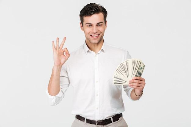 Portret van een zelfverzekerde lachende man