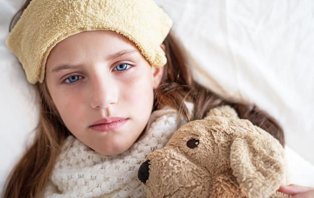 Portret van een ziek meisje ontspannen op het bed