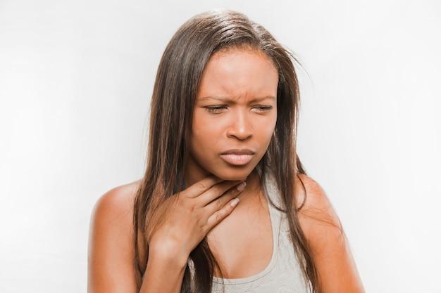 Portret van een zieke tienermeisje met zere keel