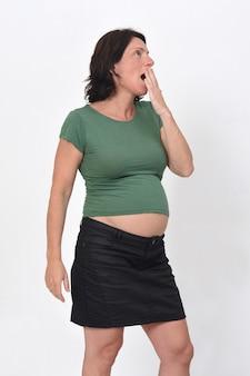 Portret van een zwangere vrouw met geeuw op witte achtergrond