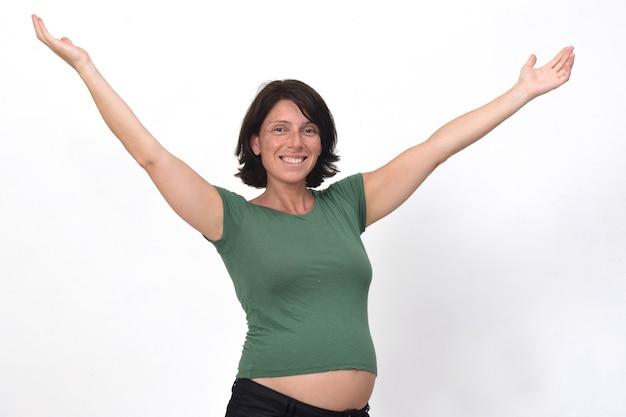 Portret van een zwangere vrouw met open armen