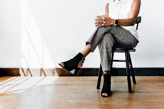 Portret van een zwarte dame zittend
