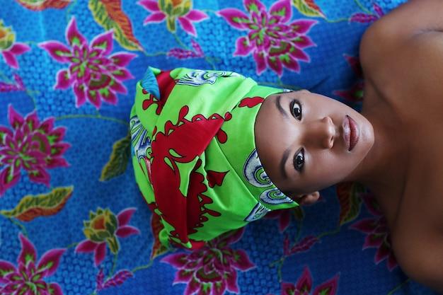 Portret van een zwarte mooie jonge vrouw met traditionele afrikaanse kostuums
