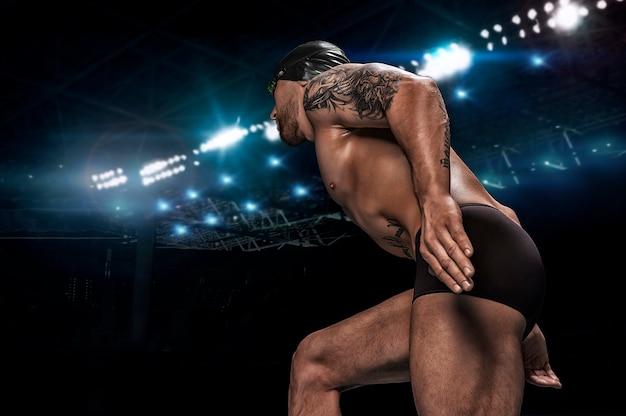 Portret van een zwemmer op een sportarena. achteraanzicht.