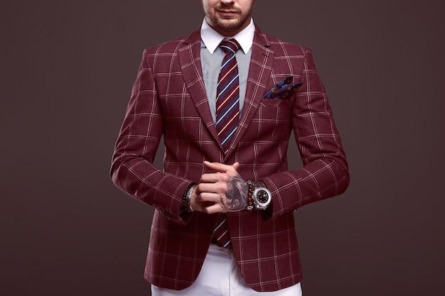 Portret van elegante brutale man in een wollen pak