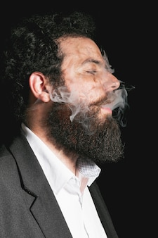 Portret van elegante geklede baardmens