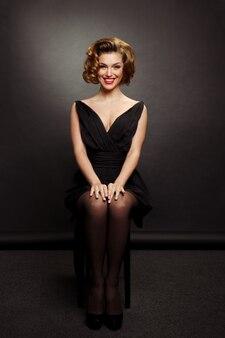 Portret van elegante, glimlachende jonge vrouw