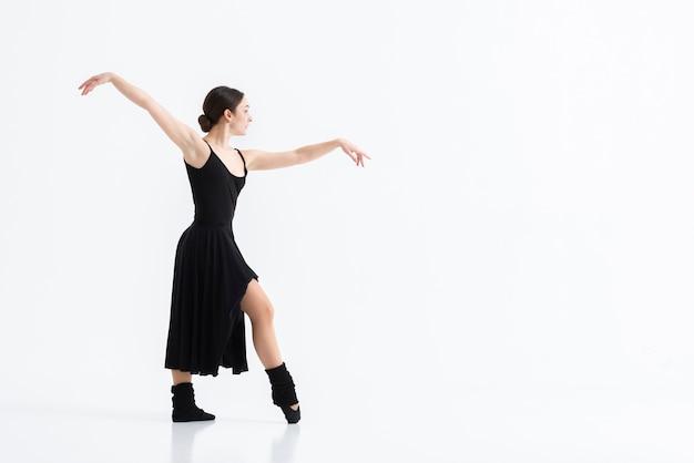 Portret van elegante kunstenaar die met gratie danst