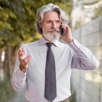 Portret van elegante man praten aan de telefoon