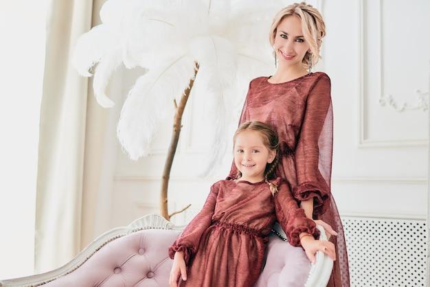 Portret van elegante mooie moeder en dochter