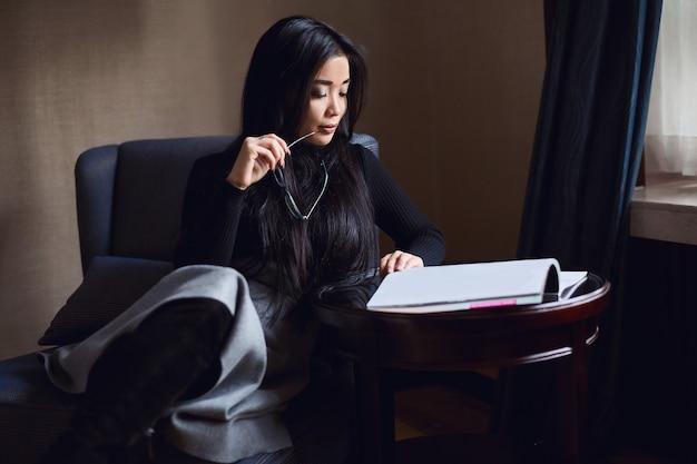 Portret van elegante mooie zakenvrouw bij de receptie