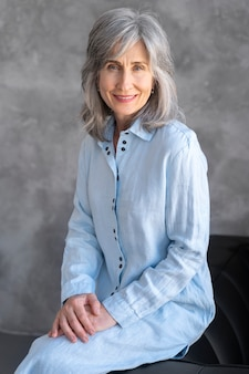 Portret van elegante oudere vrouw die zich voordeed en gelukkig is