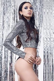 Portret van elegante spaanse brunette vrouw met perfecte lichaam in luxe sequin top