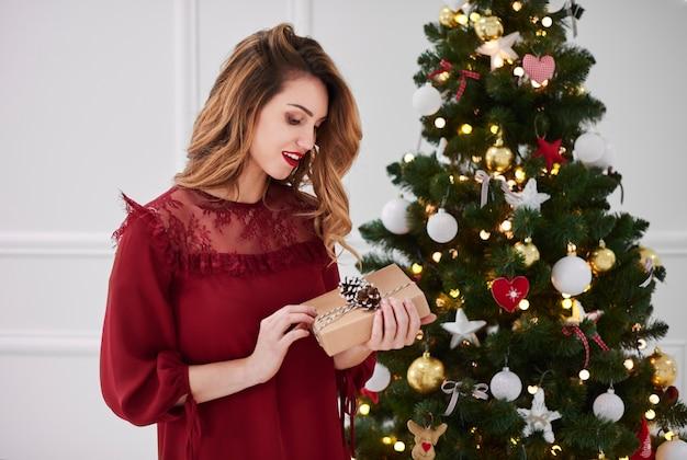 Portret van elegante vrouw met cadeau