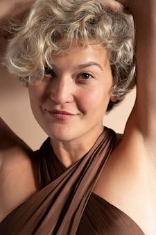 Portret van elegante vrouw met korte jurk