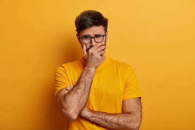 Portret van ellendige depressieve man huilt als verdriet