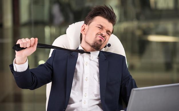 Portret van emotionele klantondersteuning telefoon operator.