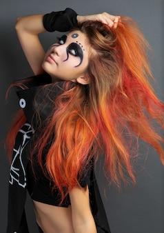 Portret van eng jong meisje met witte ogen voor halloween op grijze achtergrond