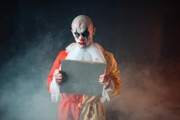 Portret van enge bloedige clown met gekke ogen